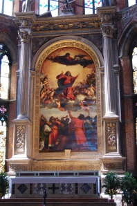 On the main altar, is the Titian masterpiece, with the Virgin Mary ascending to heaven.