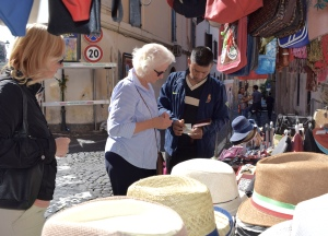 She finalizes her purchase after professional advice from Manuela, the guide.