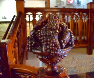 the staircase features grapes, too.